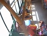 """周志宏:""""在行驶公交车上换座摔倒骨折担主责""""该怨谁"""